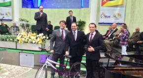 Irmãos haitianos recebem bicicletas no culto missionário