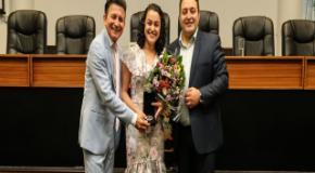 Homenagem: Janaina Melfior recebe Medalha de Mérito Mulher Cidadã Joinvilense