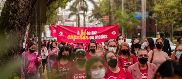 Outubro Rosa: Mais de mil mulheres participam da passeata #superação, promovida pela UFADVILLE